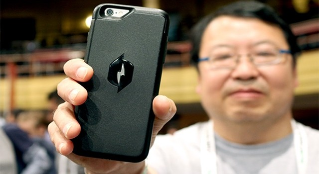 new-iphone-case-charges-your-phone-battery-without-being-plugged-in-02