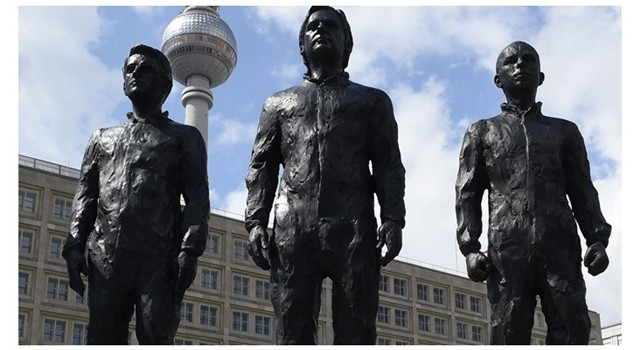 statues-of-snowden-assange-and-manning-unveiled-in-berlins-alexanderplatz-square0
