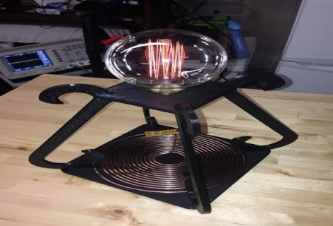 Man 3D prints a wirelessly power-driven desk lamp inspired by Tesla